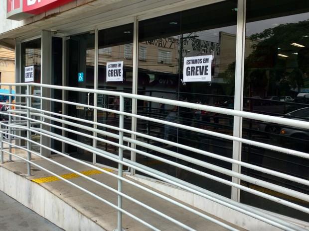 Bancários reivindicam reajuste salarial (Foto: Fernanda Ubaid/TV TEM)