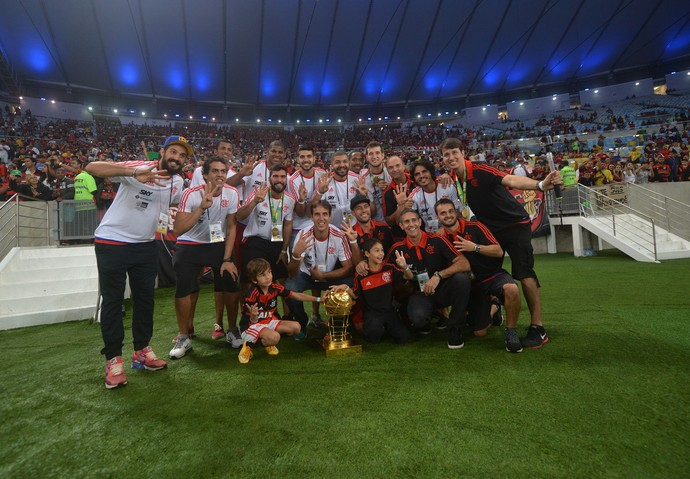 Campeão do NBB mais uma vez, elenco do Flamengo mostra a taça no Maracanã (Foto: André Durão)