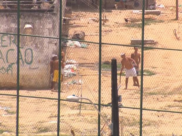Presos são flagrados arremessando facão por muro de presídio  (Foto: Reprodução/ TV Globo)