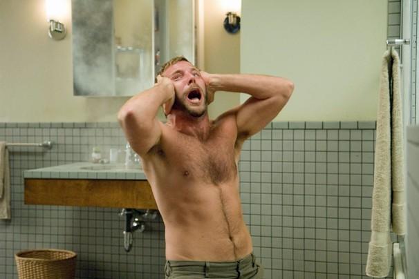 Os amigos de Emily, como Doug (Bradley Cooper), sofrem bizarros acidentes em 'Caso 39' (Foto: Divulgação)