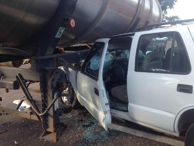 Blazer parou embaixo de caminhão carregado com óleo vegetal (Foto: Priscilla dos Santos/ G1 MS)