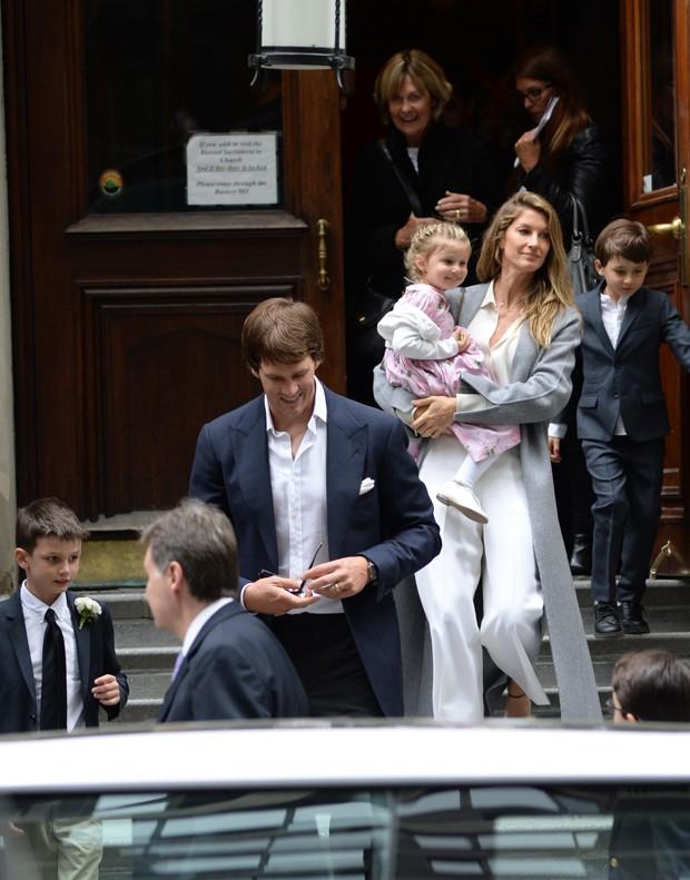 Gisele Bündchen e a filha Vivian no colo; o filho Benjamin do lado, e Tom Brady e John à frente (Foto: The Grosby Group)