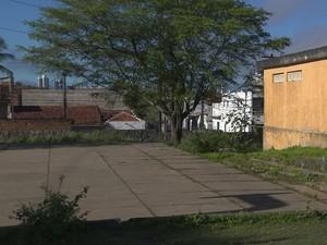 Segundo jovem, homem a arrastou para a quadra, que fica nos fundos da escola em Campina Grande (Foto: Reprodução / TV Paraíba)