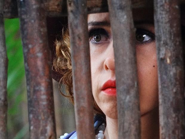 Zarolha fica pasma com o que vê (Foto: Gabriela / TV Globo)