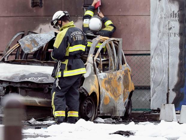 Bombeiros fazem rescaldo no local onde veículos pegaram fogo no Japão (Foto: Kyodo/Via Reuters)