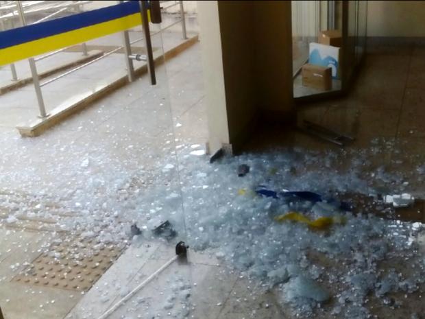 Criminosos arrombaram a porta de vidro de agência dos Correios em Areado (Foto: Polícia Militar)