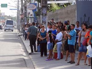 Av. Bernardo Vieira de Melo está com paradas cheias (Foto: Katherine Coutinho / G1)