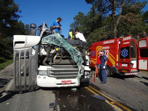 Carreta seguia sentido Pouso Redondo e invadiu a pista contrária (Foto: Corpo de Bombeiros de Pouso Redondo/Divulgação)