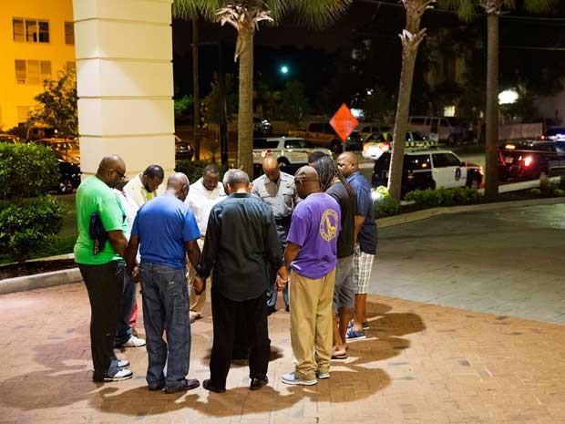 Grupo se reúne para orar após tiroteio em igreja de Charleston (Foto: David Goldman / AP Photo)