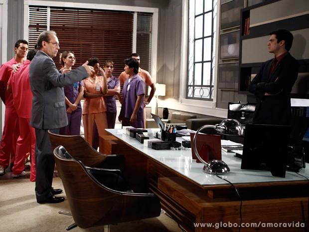 Félix fica indignado quando os enfermeiros invadem sua sala para reclamar... (Foto: Inácio Moares / TV Globo)