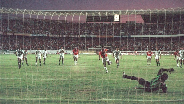 b2c138f248 Célio Silva cobra pênalti que dá título ao Inter na Copa do Brasil de 1992 (
