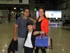 Nívea Stelmann se despede do noivo antes de viajar com o filho