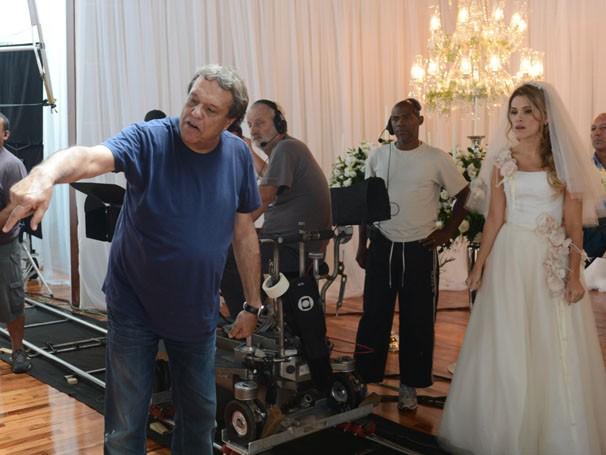 Ingrid Guimarães recebe as orientações do diretor Dennis Carvalho (Foto: Zé Paulo Cardeal/Rede Globo)