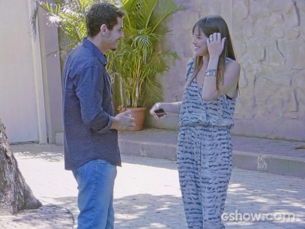 Murilo vai atrás de Giselle na casa de Marina (Foto: Em Família/ TV Globo)