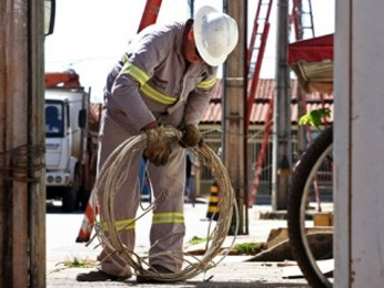Servidor da CEB durante manutenção (Foto: André Sousa/Agência Brasília)