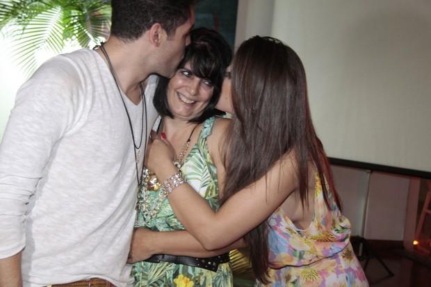 Andressa e Nasser com a mãe do ex-BBB, Érica Bernardes (Foto: Isac Luz/EGO)
