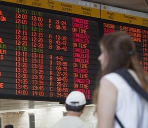 No saguão do Aeroporto Internacional Ben Gurion, perto de Tel Aviv, painel de aviso de voo mostra inúmeros cancelamentos (Foto: AP Photo/Dan Balilty)