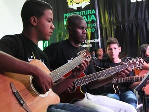 Aulas de violão também são oferecidas no setor (Foto: Divulgação/PMI)