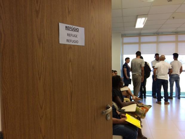 Sala que atende refugiados na sede da PF de Roraima (Foto: Emily Costa/ G1 RR)