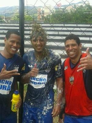 Jogadores do Democrata GV, entre eles o lateral-esquerdo Denílson e o zagueiro Jadson, pregaram uma peça no atacante Felipe Augusto. (Foto: Mateus Mello)