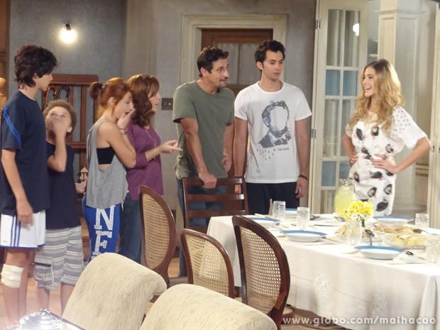 Fake!!! Sofia finge ser boazinha e prepara o jantar pra família.  (Foto: Malhação/TV Globo)