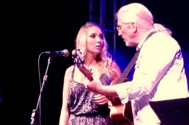 Dixie Pratt canta com o pai na festa do namorado, Romário, no Rio (Foto: Léo Martinez/ EGO)