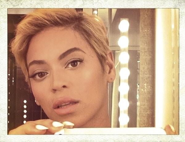 A cantora Beyoncé resolve abandonar os cachos e posta um selfie do resultado em seu Instagram assim que saiu do cabeleireiro. (Foto: reprodução)