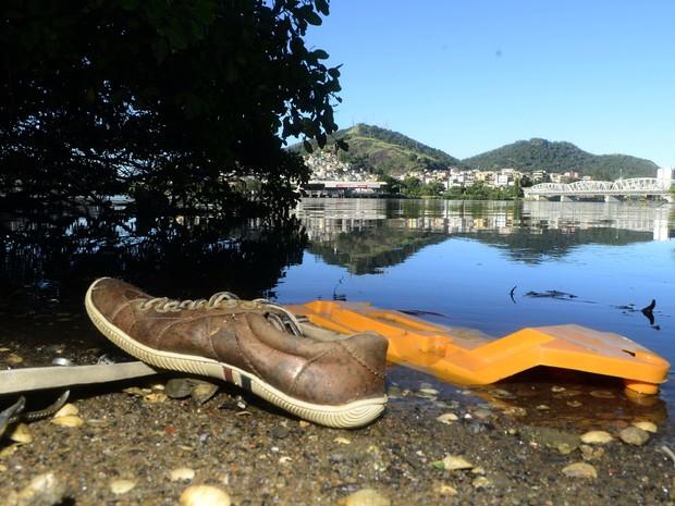 Poluição embaixo da segunda ponte, em Cariacica  (Foto: Ricardo Medeiros/ A Gazeta)