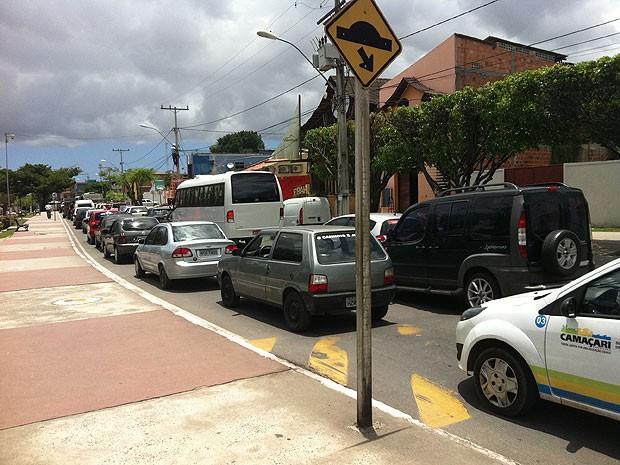 Trânsito fico congestinado em vias que passam sobre linha férrea em Camaçari, na Bahia (Foto: Alexandre Almeida/ VC no G1)