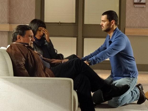 Dimas e Melissa não sentem a presença de Fernando (Foto: Amor Eterno Amor/TV Globo)