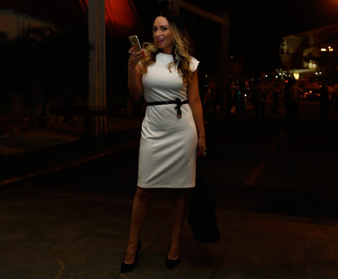 Elegante, Suzana Pires posa com celular na mão  (Foto: Raphael Dias/Gshow)
