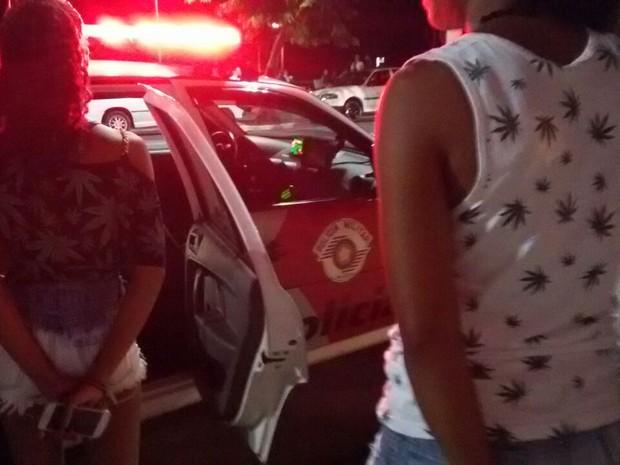 Meninas foram flagradas usando blusas com estampa de maconha (Foto: Polícia Rodoviária/Divulgação)