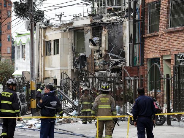 Bombeiros trabalham no edifício consumido pelas chamas em Bogotá nesta segunda-feira (2) (Foto: Fernando Vergara/AP Photo)