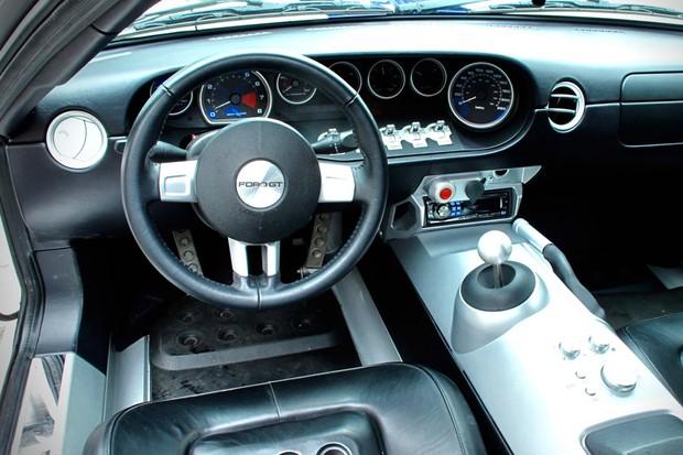 A ergonomia pode não ser o forte do Ford GT, mas o interior é belíssimo (Foto: Divulgação)