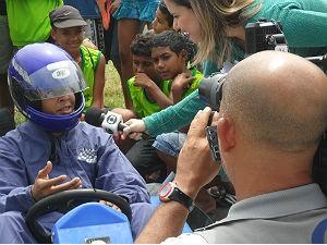Jovem anda de Kart pela primeira vez (Foto: Divulgação/Anna Pontes)
