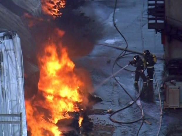 Bombeiros combatem as chamas em indústria têxtil na Zona Sul de São Paulo (Foto: Reprodução/TV Globo)