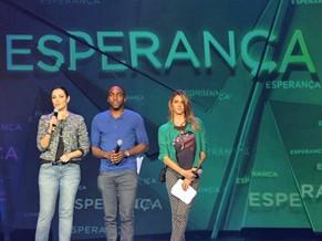 O trio de apresentadores, no palco (Foto: Globo)