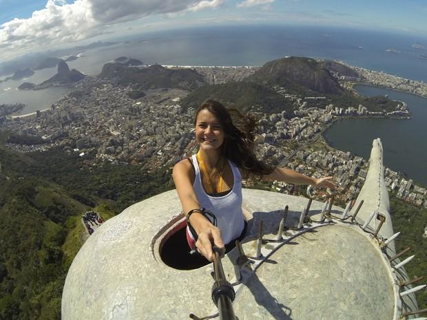 Imagem tirada com a GoPro da cabeça do Cristo Redentor (Foto: Lívia Torres / G1)