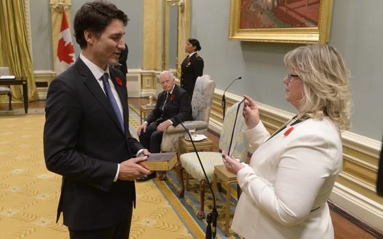 O primeiro-ministro do Canadá, Justin Trudeau, faz juramento para assumir o cargo em Ottawa, Canadá (Foto: Adrian Wyld/The Canadian Press via AP)