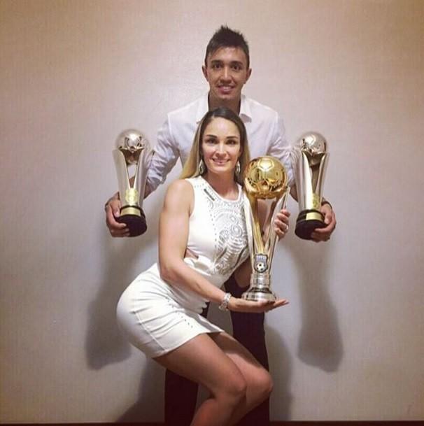 BLOG: Muslera celebra premiações com troféus e sua mulher, miss fitness