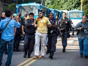 O repórter do jornal O GLOBO Bruno Amorim foi preso pela Polícia Militar por fotografar a operação de desocupação da Favela da Oi, no Engenho Novo  Leia mais sobre esse assunto em http://oglobo.globo.com/rio/reporter-do-globo-preso-por-fotografar-acao-da- (Foto: Daniel Scelza/Código 19/Estadão Conteúdo)