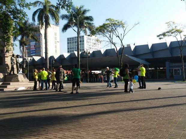Manifestação em Joinville foi na Praça da Bandeira (Foto: Marcos Pereira/RBS TV)