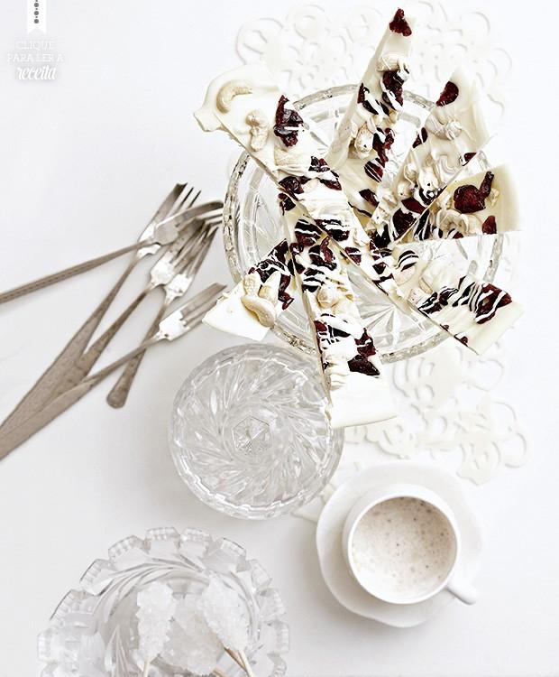 Lascas de chocolate branco com castanhas-de-caju e cranberries secas: doçura boa para acompanhar o cafezinho (Foto: StockFood/Great Stock!)