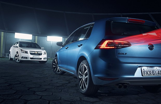 Volkswagen Golf encara Chevrolet Cruze em duelo de hatches médios (Foto: Fabio Aro)