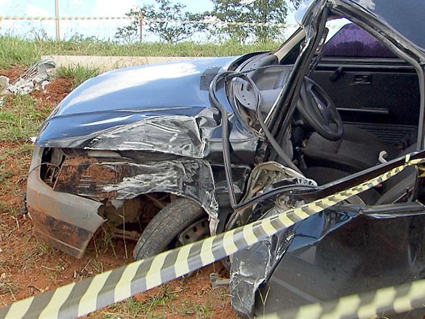 Uma pessoa morreu e outra ficou ferida depois que um carro capotou no Gama (Foto: TV Globo / Reprodução)
