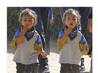 Kim Kardashian mostra filha mandando beijo para fotógrafos