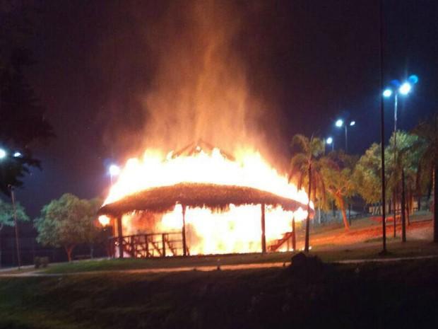 Quiosque no Parque da Maternidade foi incendiado durante ataques em Rio Branco  (Foto: Divulgação/Bombeiros)