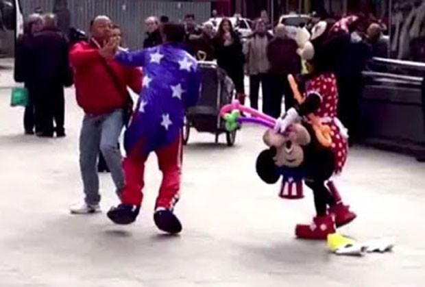 Dupla fantasiada de Mickey e Minnie se envolveu em briga na Espanha (Foto: Reprodução/YouTube/NY Post)