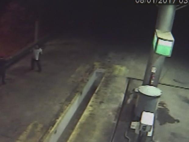 Imagens mostram momento em que um dos ladrões ameaça atirar no frentista (Foto: Reprodução/TVTEM)