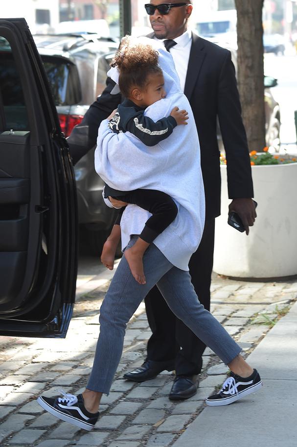 Kim Kardashian deixou Nova York rumo a Los Angeles, nesta quinta-feira, 6. A estrela pretende ficar afastada das redes sociais nas próximas semanas e perto de sua família (Foto: AKM-GSI )
